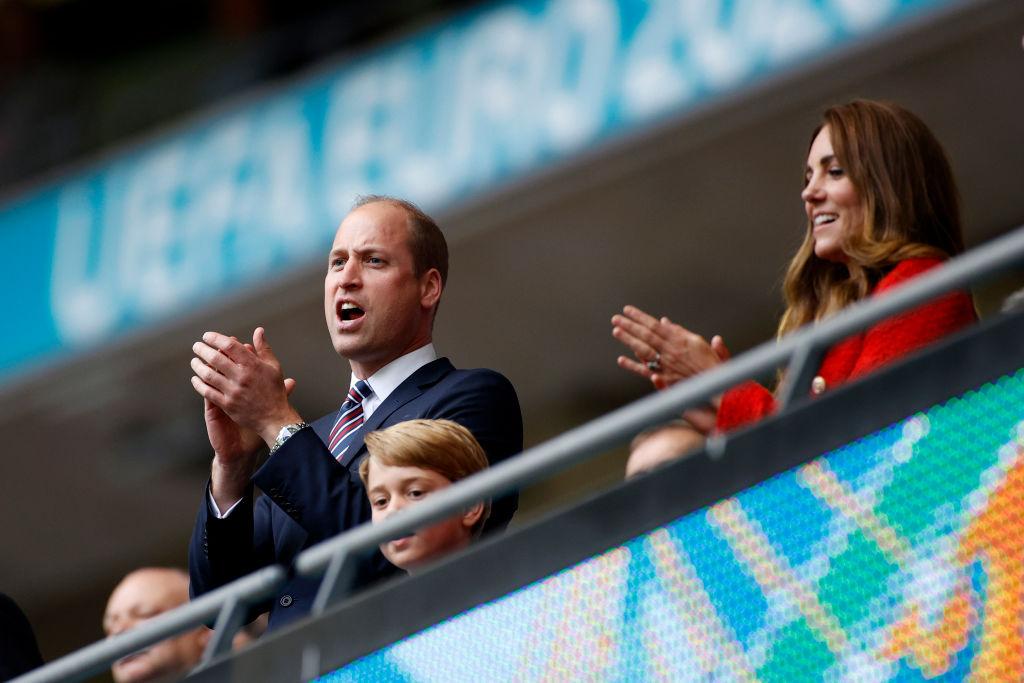 <p>Принц Уилям, съпругата му Кейт и синът им принц Джордж подкрепиха английския отбор в мача срещу Германия, който англичаните спечелиха. Кралските особи бяха в компанията на бившия футболист Дейвид Бекъм и певеца Ед Шийрън.</p>