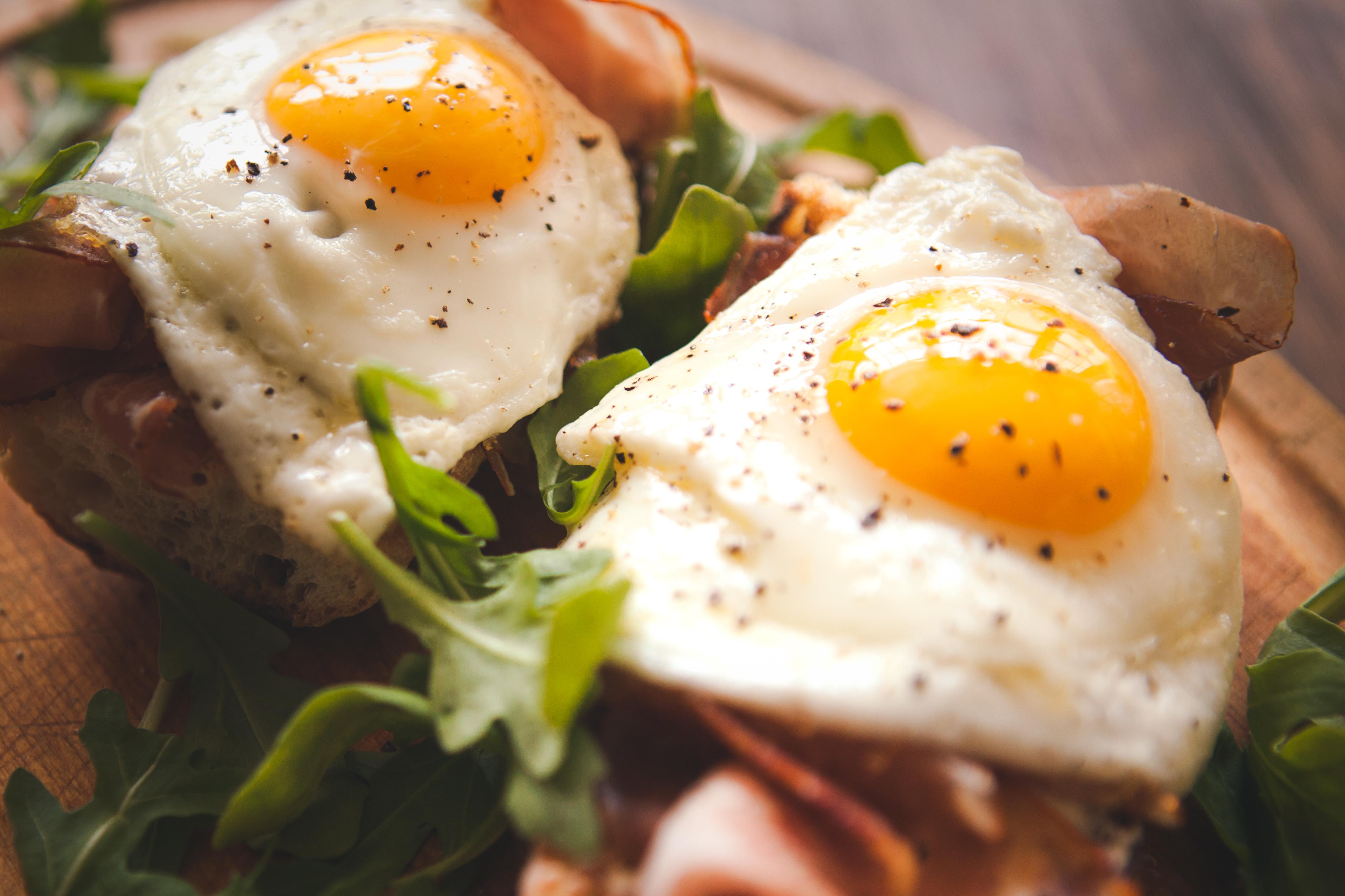 <p><strong>Яйца</strong></p>  <p>Те съдържат почти всички витамини и минерали, които са ни необходими дневно и са чудесен източник на протеини.</p>