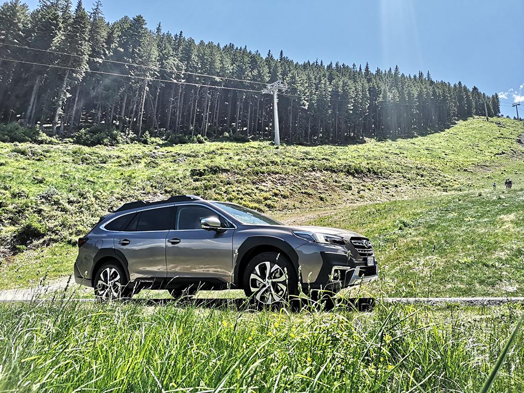 Първият Outback се появи през 1995 г., отваряйки нова ниша на пазара. Шестото поколение на модела е много повече от нишов модел, но продължава ревностно да пази традиционните си ценности, с които стои на върха в моделната гама на Subaru.