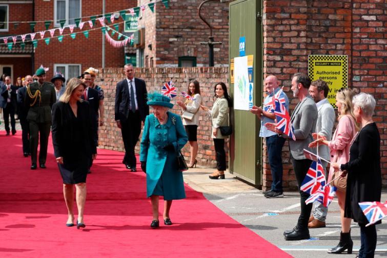 Кралица Елизабет на снимачната площадка на най дълго излъчваната телевизионна
