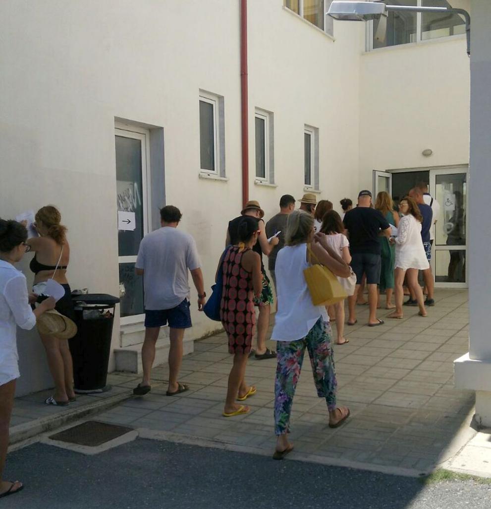 Българи чакат да гласуват в една от избирателните секции на п-ов Халкидики