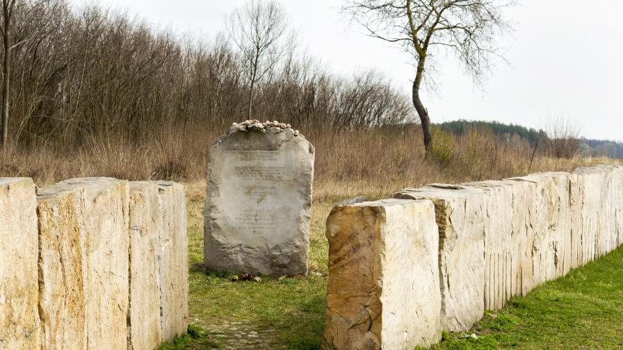 Монумент в Йедвабне, свързан с погрома над стотици евреи