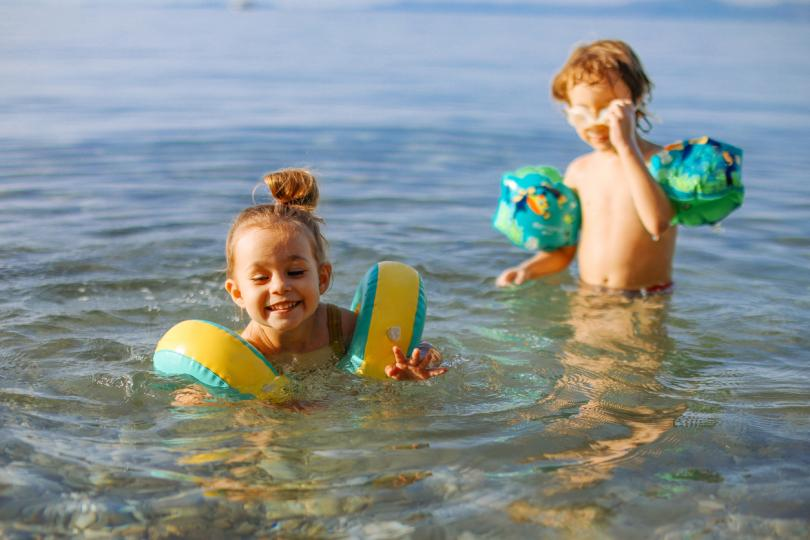 <p><strong>Да не говорим за дългото пътуване и смяна на обстановката. </strong>Естествено, не е задължително децата да се разболеят, но при тези обстоятелства това да се случи е доста вероятно. Защото имунната им система е неукрепнала и при контакт с други деца, както е на плажа и в хотела, лесно се разболяват. И тогава работата става сериозна &ndash;търсене на педиатър, аптеки, лекарства. А в чужбина с бебе си е руска рулетка, там от аптеките нищо не може да се купи без рецепта. Малкото бебе не е за море, рисковете са много повече от ползите.</p>