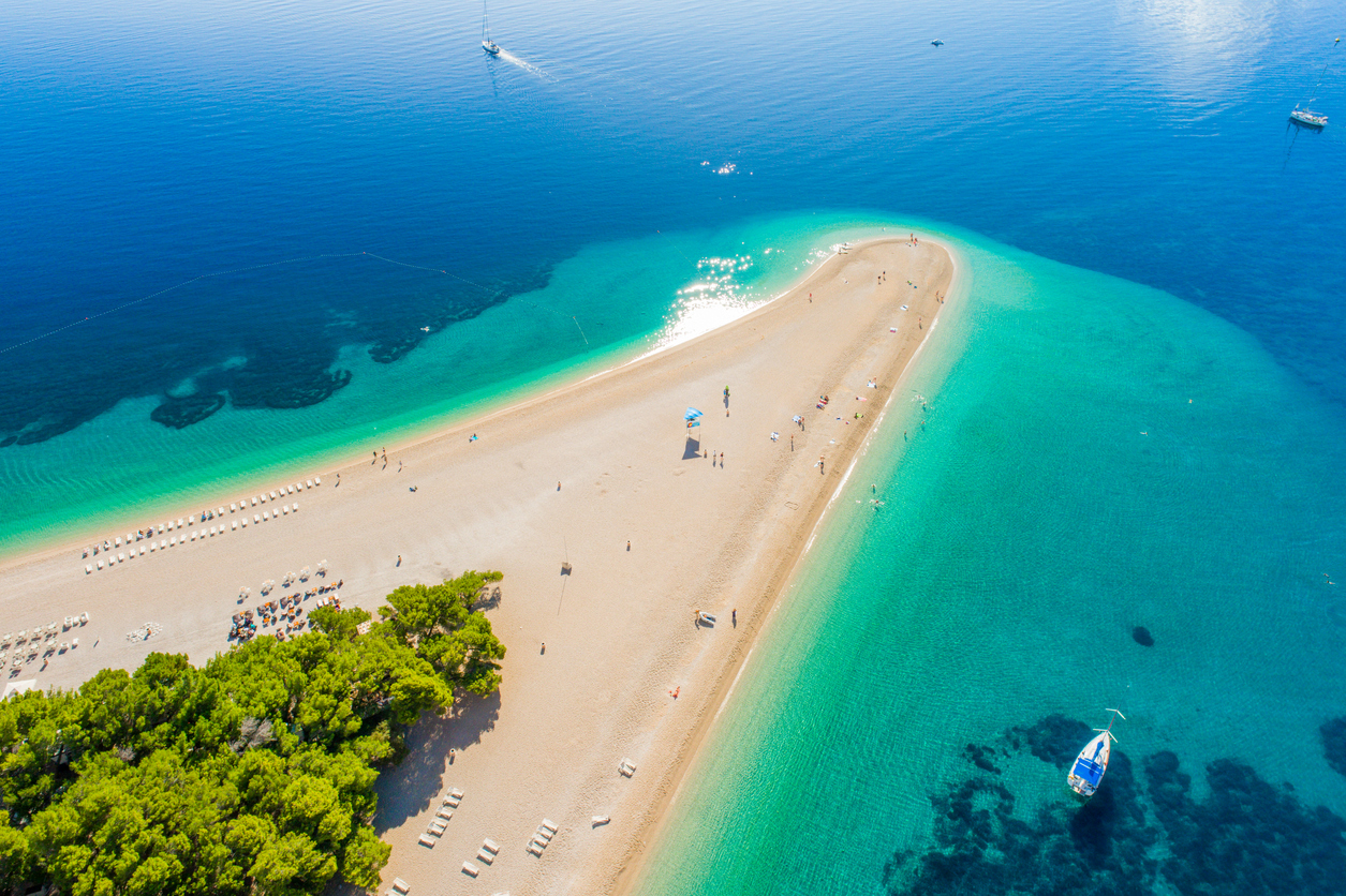 <p><strong>Остров Брач, Хърватия</strong> - Брач е може би най-лесният за достигане от всички хърватски острови, тъй като можете да използвате ферибот, катамаран и дори самолет. Регионът е посещаван от туристи от цял свят, като местата, където можете да отседнете, варират от удобни до ултралуксозни. Сред най-известните плажове са Златни Рат и Златен рог. Изключително интересен е и заостреният край на острова, който е осеян с гладки бели камъчета, простиращи се навътре в морето.&nbsp;</p>  <p>.</p>