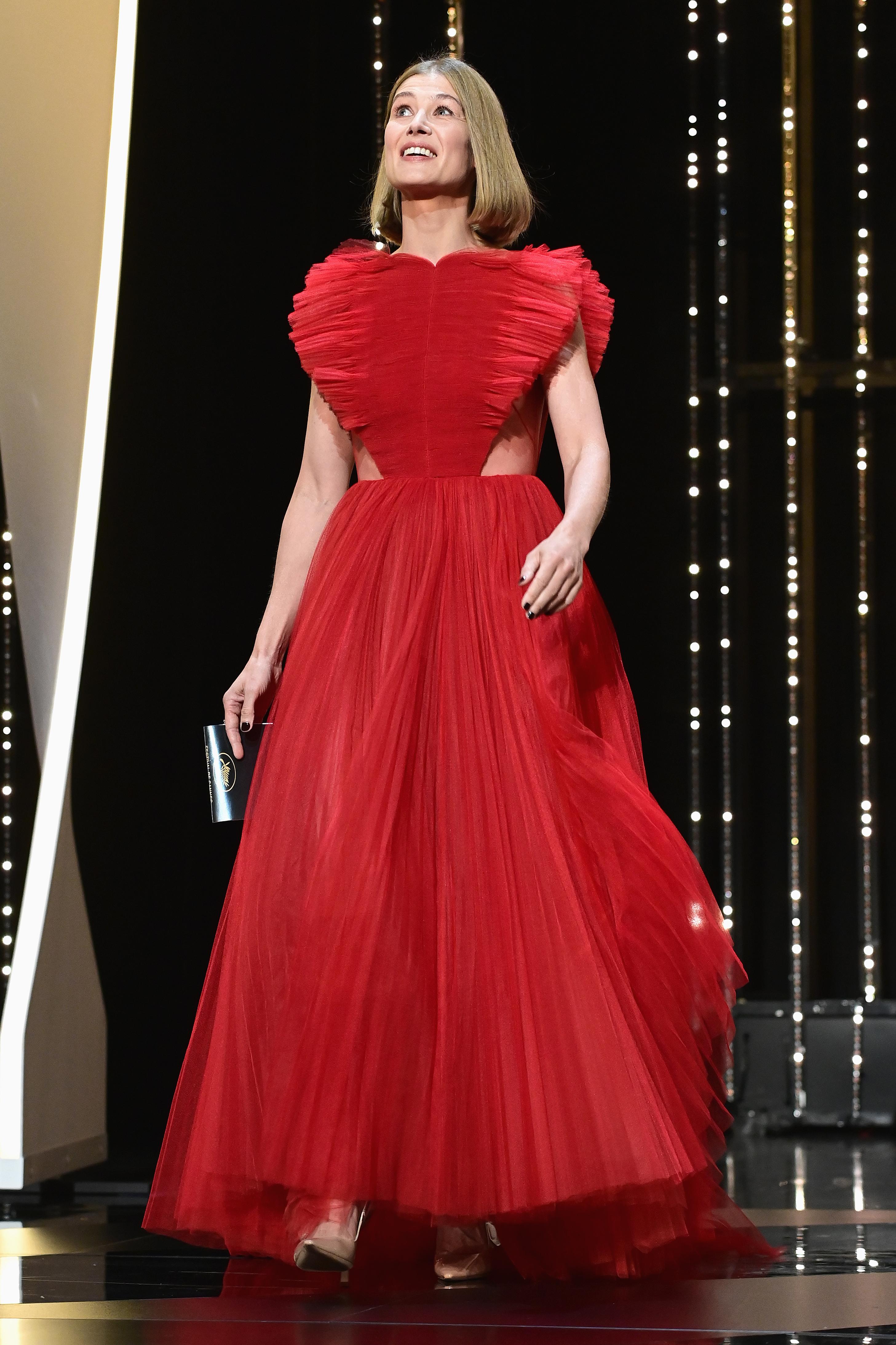 Британската актриса Розамунд Пайк заложи на огнено червено