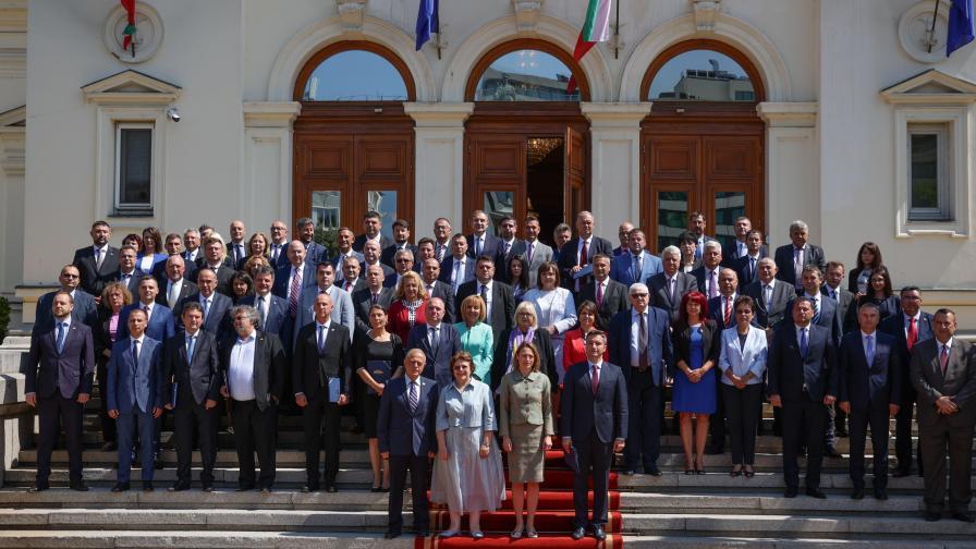 Защо депутатите от 46-ото НС си направиха обща снимка без ГЕРБ