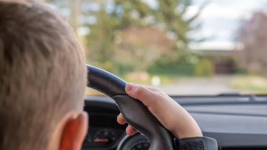 Дете на 10 г. подкара кола и се блъсна в жилищна сграда