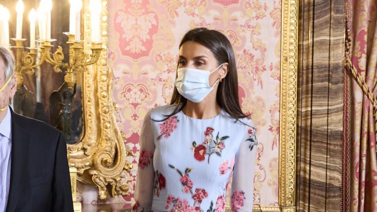 Испанската кралица в приказна флорална рокля