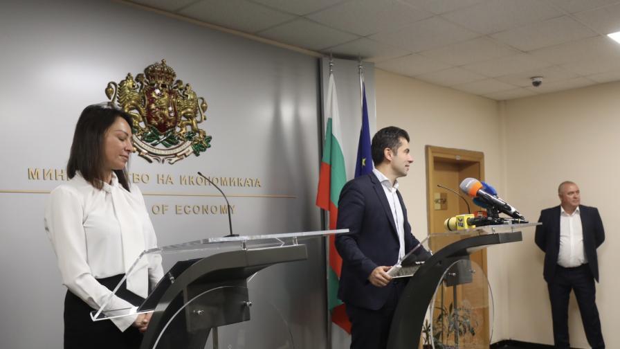 Кирил Петков издава сертификати за...