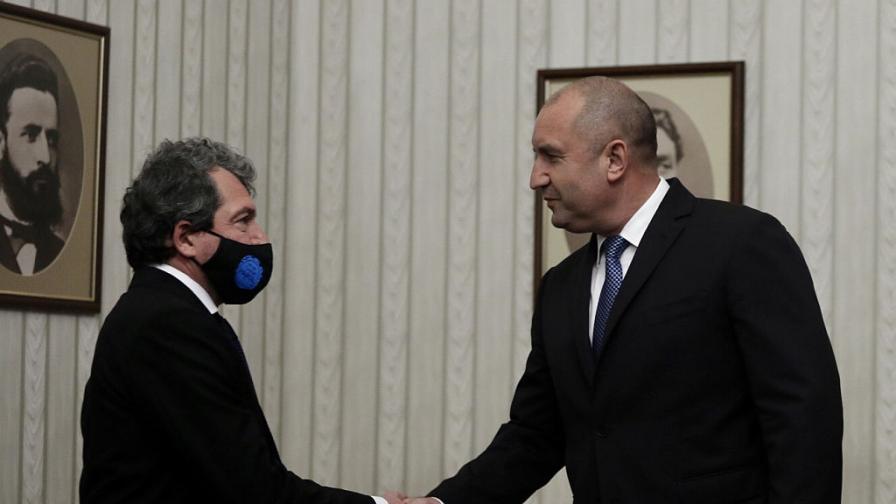 Румен Радев връчи мандата за правителство на...