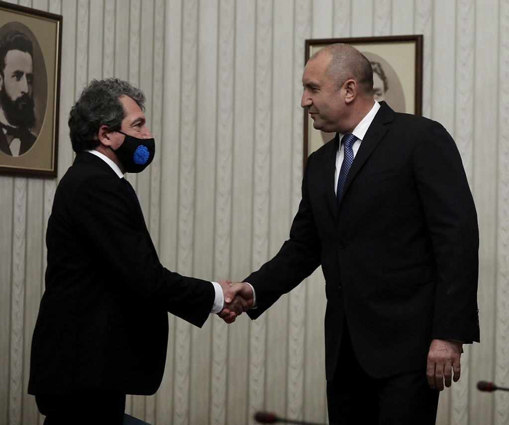 <p>Румен Радев връчи мандата за правителство на Пламен Николов от &bdquo;Има такъв народ&ldquo;</p>