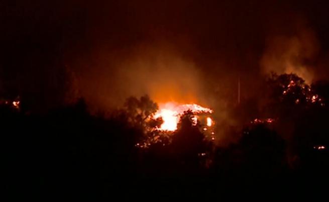 Огромен пожар в Долно село, изгорели са къщи