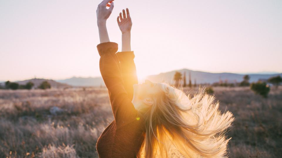 жена природа лято пролет цветя слънце залез