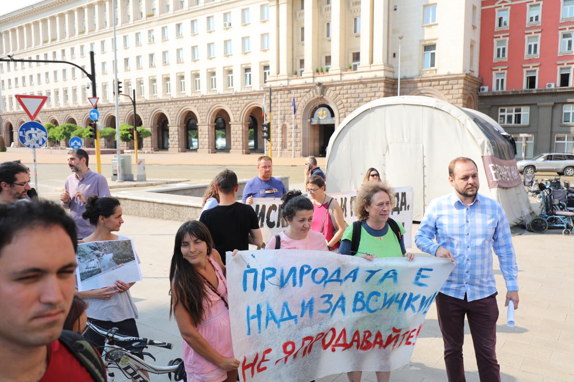 Протести на ловно-рибарски дружества и природозащитници се проведоха в няколко града на България тази вечер. Причината са предложения за промени, които според недоволните, ще позволят строеж на ВЕЦ-ове и унищожаване на околната среда.