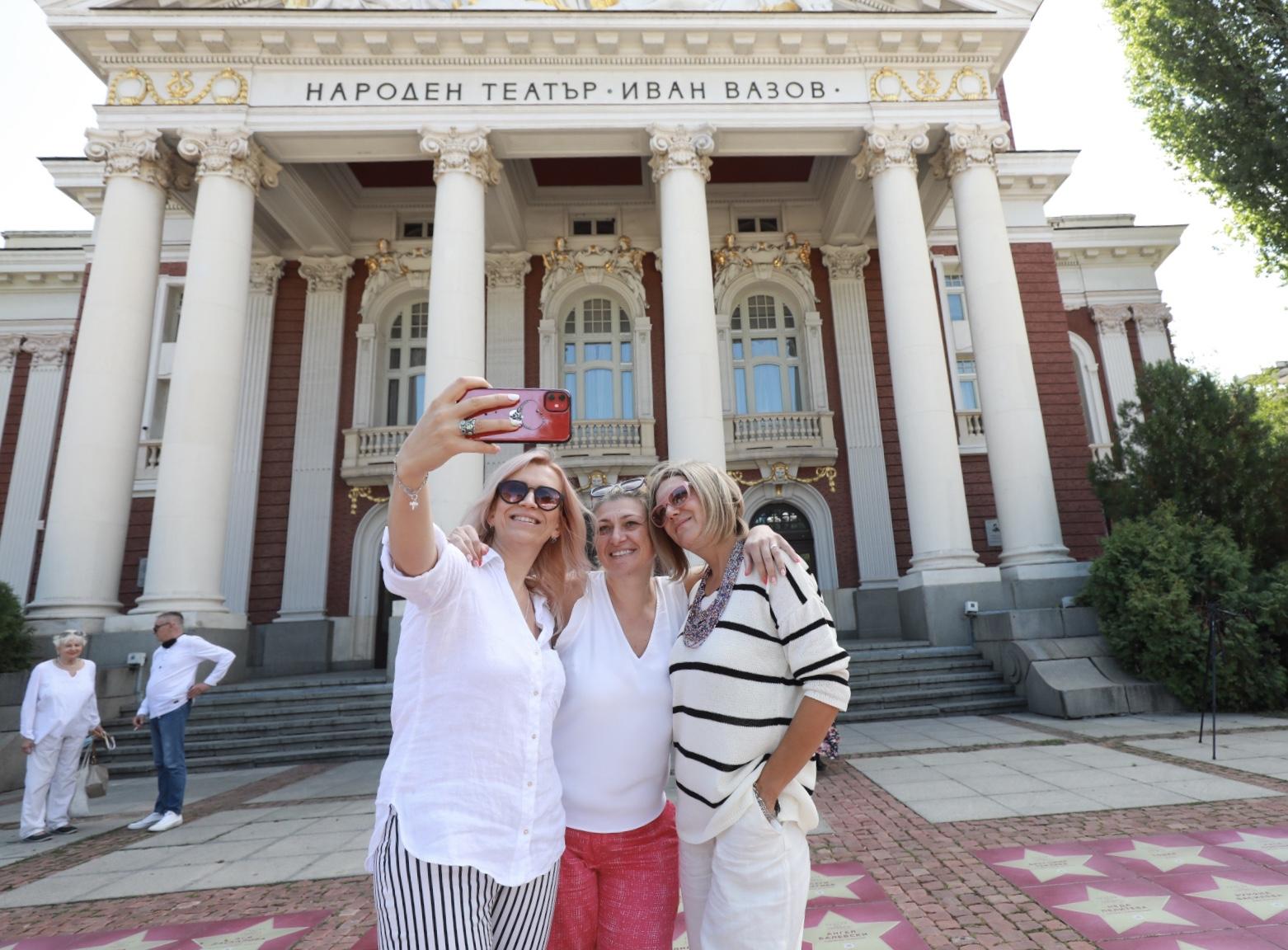 <p>&bdquo;Алея на славата&rdquo; пред Народния театър</p>