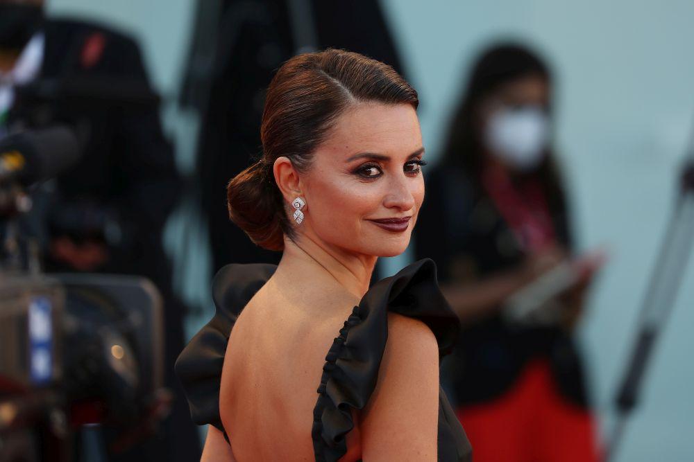 Актрисата е облечена в зашеметяваща рокля от есенно-зимната колекция на Шанел за сезон 2022-ра година