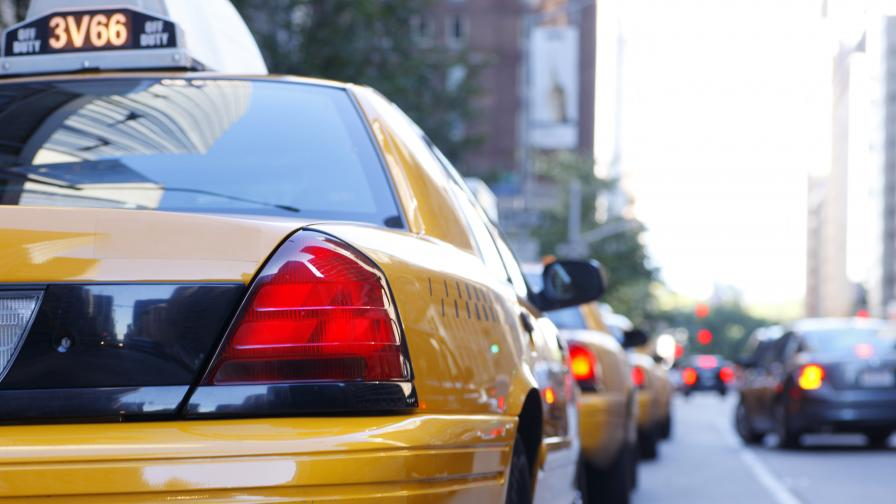 Дете пострада в такси, с разцепена буза е