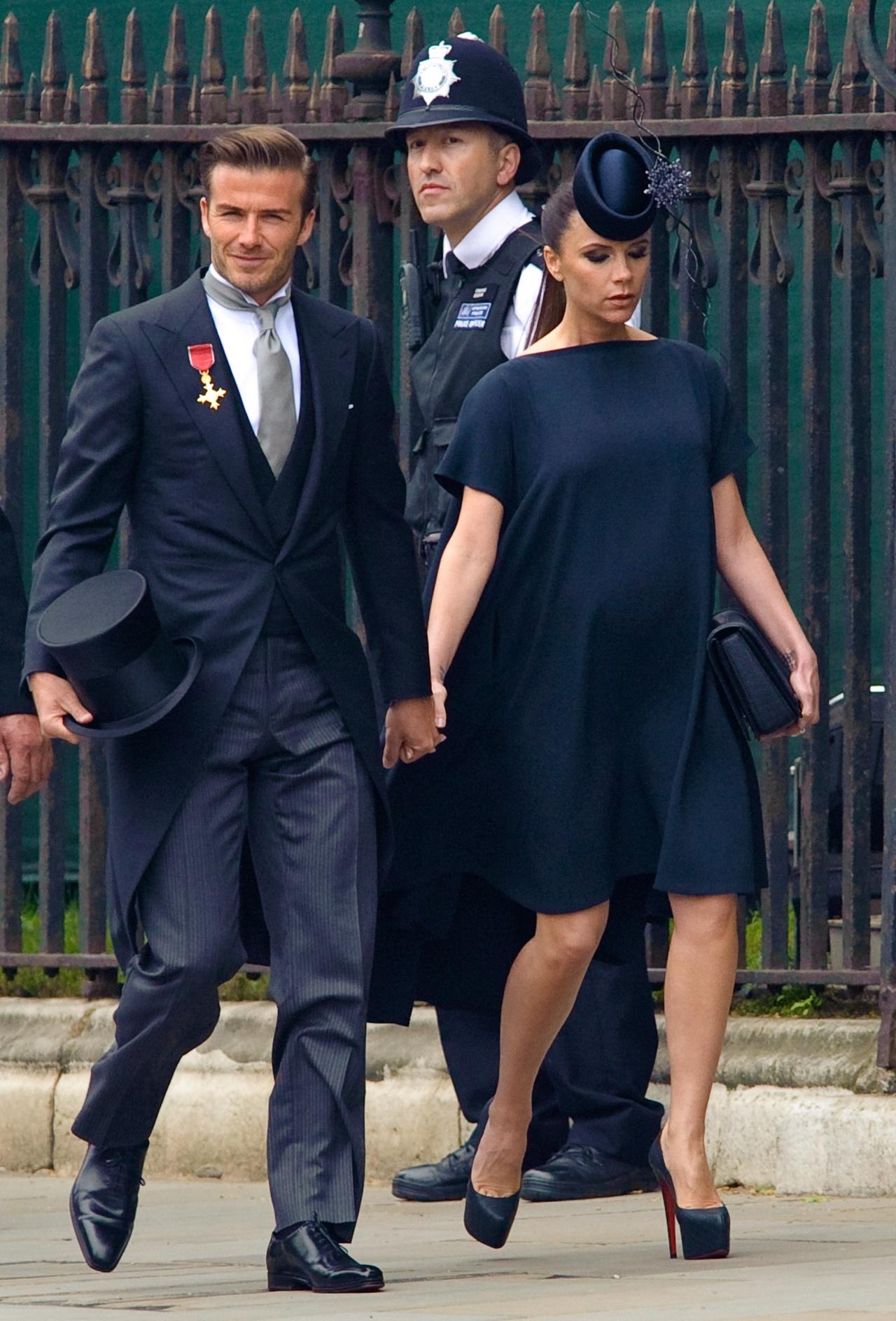 <p>Всичко, което Виктория облече става модерно, като тя изглеждаше безупречно дори в напреднала бременност, когато рписъства на сватбата на принц Уилям с Катрин Мидълтън (снимката горе).</p>