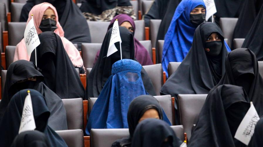 <p>Какво разрешиха талибаните на жените</p>