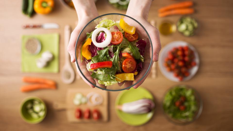 <p><strong>Колкото по-необработено, толкова по-добре</strong></p>  <p>Повечето храни в опаковки са силно преработени - полуготови, рафинирани и манипулирани с добавки и други съставки, за да издържат по-дълго време. Консумацията на преработени храни е свързана със здравословни проблеми.</p>  <p>Избирайте храни в техния цялостен вид, а ако не са, прегледайте списъка със съставките. По-добре е да има малко на брой и лесно произносими съставки.</p>