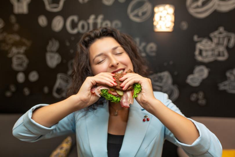 <p><em><strong>Рязко отслабване при добър апетит. </strong></em></p>  <p>Ако ядете и все пак отслабвате&nbsp;може това да прикрива повишена функция на щитовидната жлеза. В този случай отслабването обикновено е съпроводено и от други симптоми, наглед незначителни, но които навързват пъзела - <strong>безпричинно сърцебиене, обилно изпотяване (хиперхидроза), раздразнителност, внезапни промени на настроението и нарушения на съня. </strong> Всички тези симптоми може да ги отдадем и на ежедневният стрес, но прогресирането на нарушението не е никак безобидно и често води до безплодие. <strong>В повечето случаи жените си обръщат внимание едва тогава, когато се появи типичният за това заболяване поглед с изпъкнали и влажни очни ябълки.</strong></p>