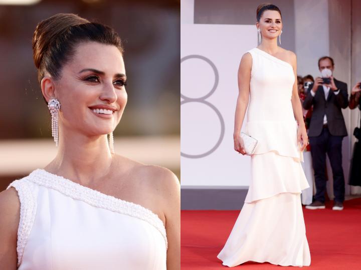 <p>За премиерата на новата си комедия &bdquo;Официално състезание&ldquo; <strong>Пенелопе Крус</strong> се появи с рокля от криузната колекция на Chanel за 2021/2022. <strong>Белият модел с волани</strong> бе допълнен от чантичка в същия цвят и черни обувки на ток. Акцент сред бижутата са <strong>дългите обеци с перли</strong>, вариация на модела Camelia, създаден от самата Габриел Шанел.</p>