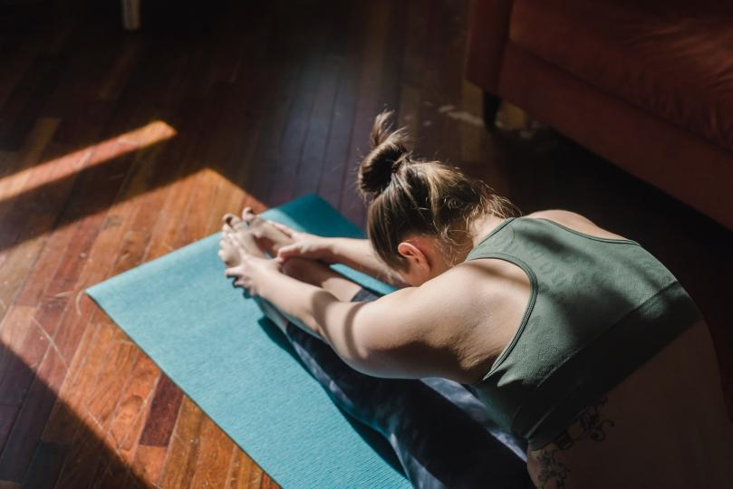 <p><strong>Сутрешно разтягане</strong></p>  <p>Ръцете и краката докосват земята, бавно преминавате през няколко йога пози и се свързвате с дишането си, за да започнете деня в мирно и спокойно състояние. Дори и да не практикувате йога, достатъчно е да разтегнете достатъчно, че да се усетите добре в тялото си.</p>