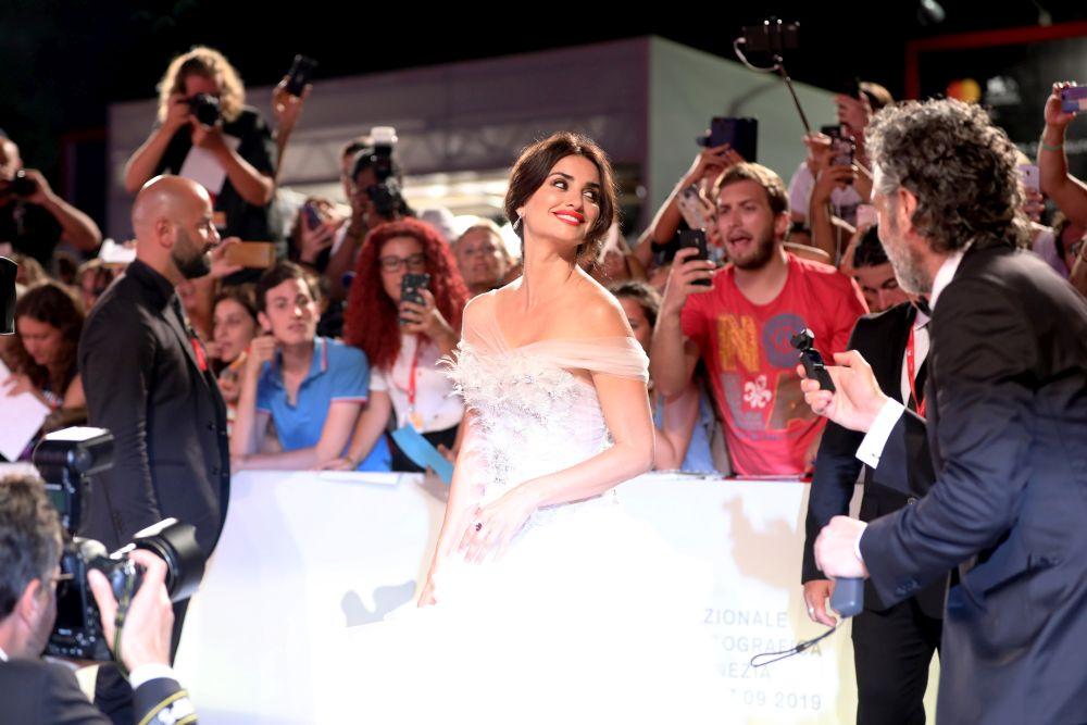 Испанската актриса винаги изглежда стилно и провокативно на червения килим