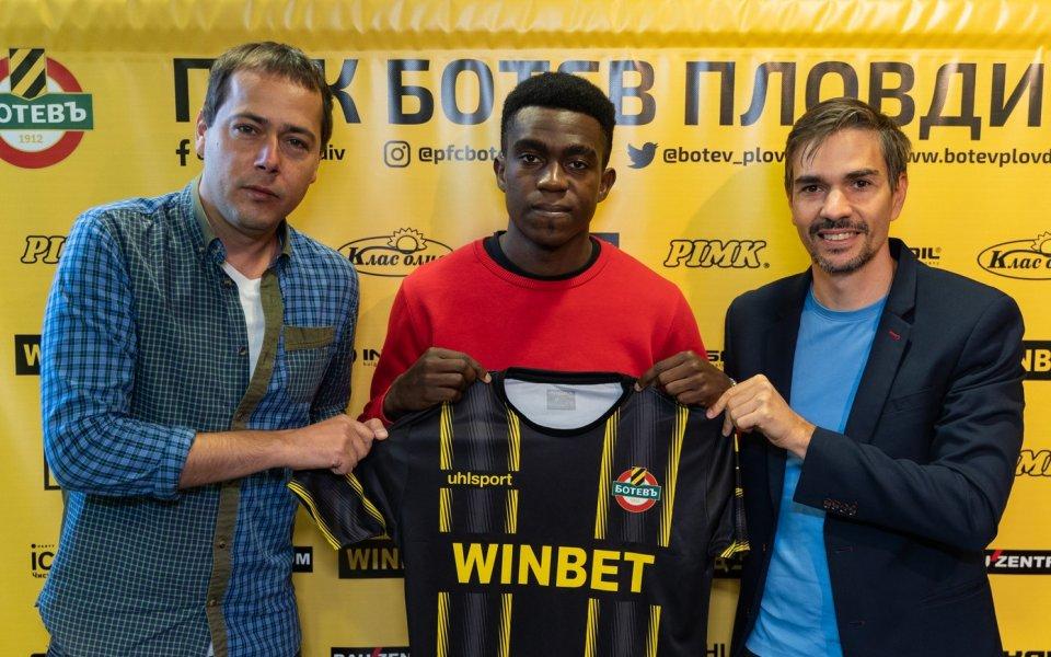 Ботев (Пловдив) привлече камерунския футболист Джеймс Етоо. 20-годишният играч сложи
