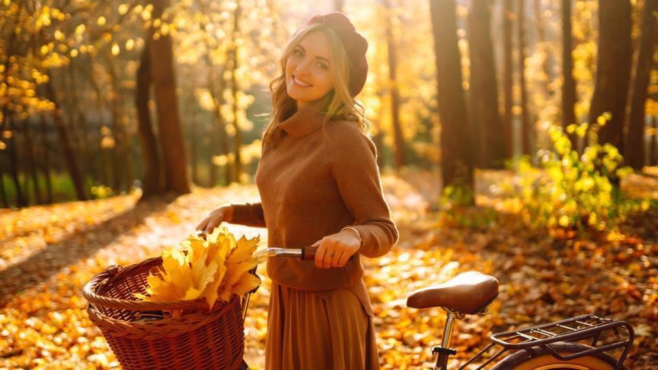 жена есен природа листа колело щастие усмивка хороскоп