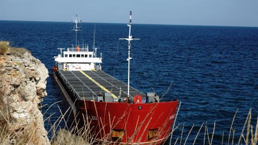 "Товарният кораб ""Vera Su"", заседнал край Камен бряг"