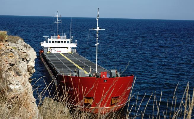Отлагат освобождаването на заседналия кораб край Камен бряг
