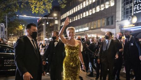 Шарън Стоун блести като истинска златна богиня в Цюрих (СНИМКИ)