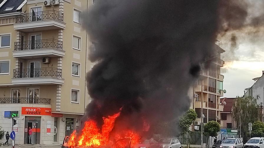 Кола избухна в пламъци в столичния кв...