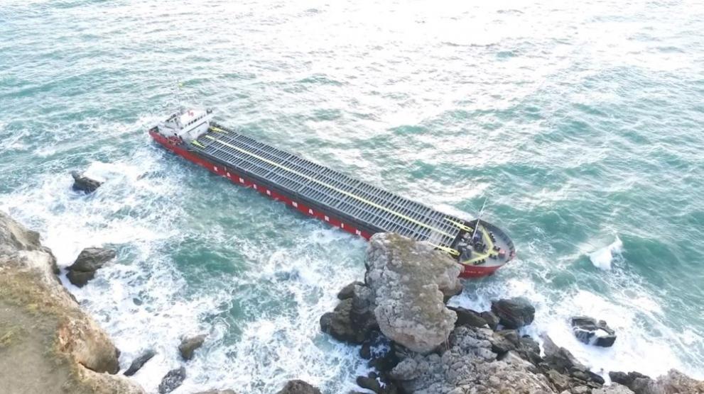 Камен бряг кораб
