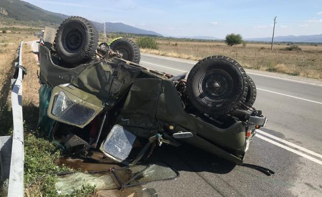 Турски тир смачка български военен автомобил край Мъглиж