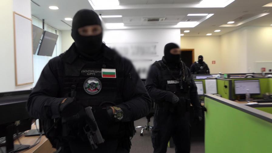 Мащабна акция на полицията срещу група за финансови измами в