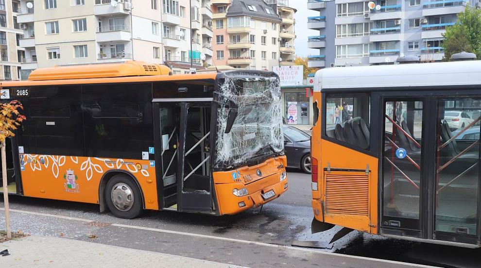 Два автобуса катастрофираха в София, има пострадали (СНИМКИ)