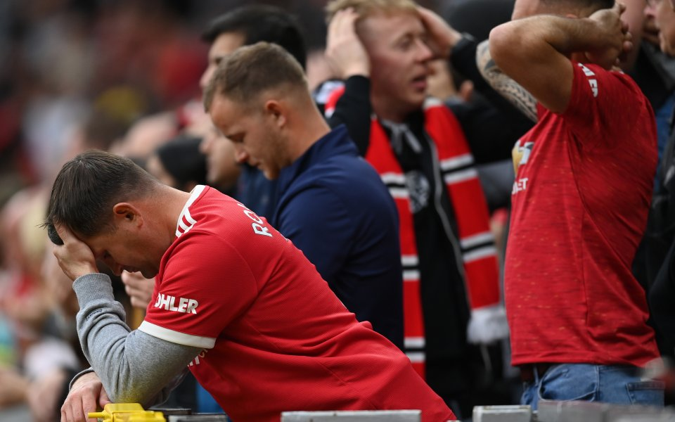 Отборите на Манчестър Юнайтед и Ливърпул играят при резултат 0:2в