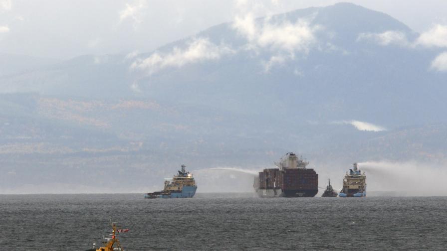 Пожар обхвана контейнери на кораб, превозващ химикали край Канада