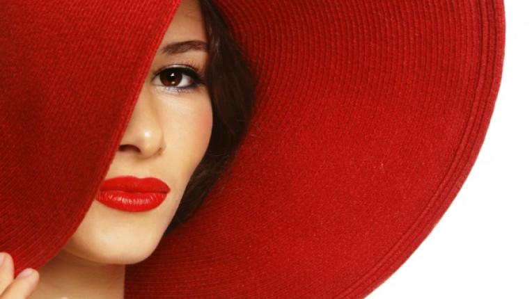 червено червило шапка поглед профил