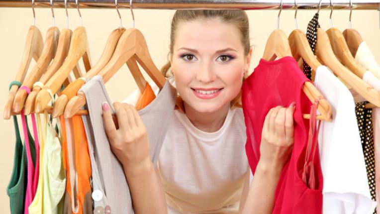 гардероб дрехи закачалки жена