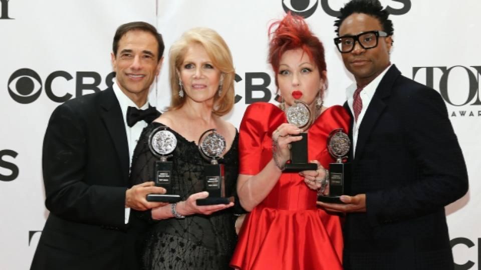 """59-годишната американска певица Синди Лоупър (в червено) спечели първата в своята кариера статуетка """"Тони"""" за написването на музиката към мюзикъла """"Секси ботуши"""" (""""Kinky Boots"""")"""