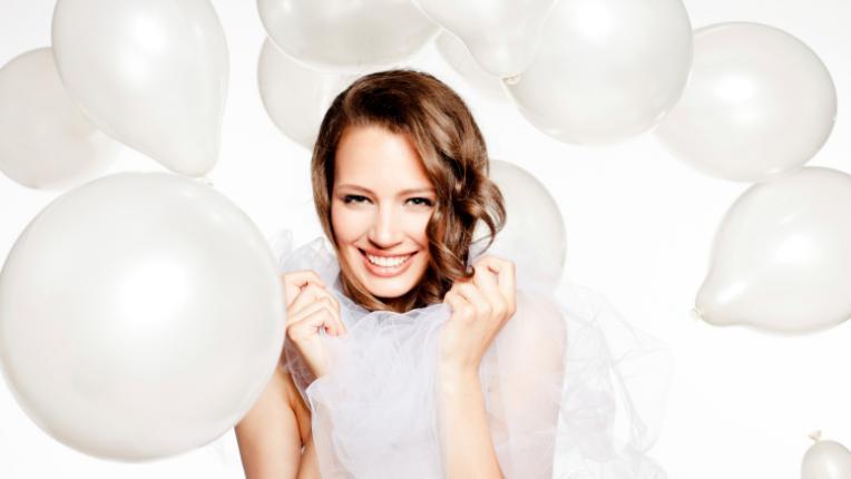бели балони булка усмивка