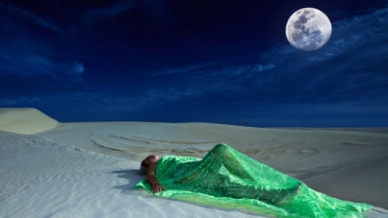 луна пустиня сън спане