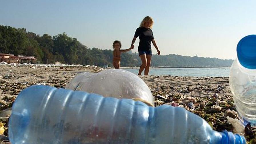 Такава е обстановката на плажа пък в родната Варна.