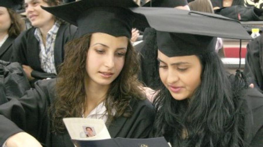 ЕК дърпа ушите на Люксембург за непризнаване на българските дипломи