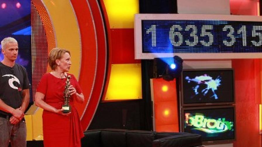 Победителят Део и Силва Зурлева със статуетката. На екрана вдясно се вижда събраната сума.