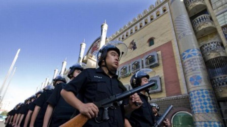 Полицията патрулира из Урумчи, а джамиите са затворени