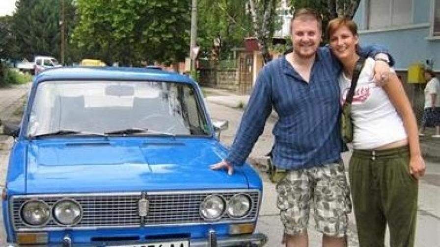 Дерт Варт и приятелката му позират пред новата си придобивка